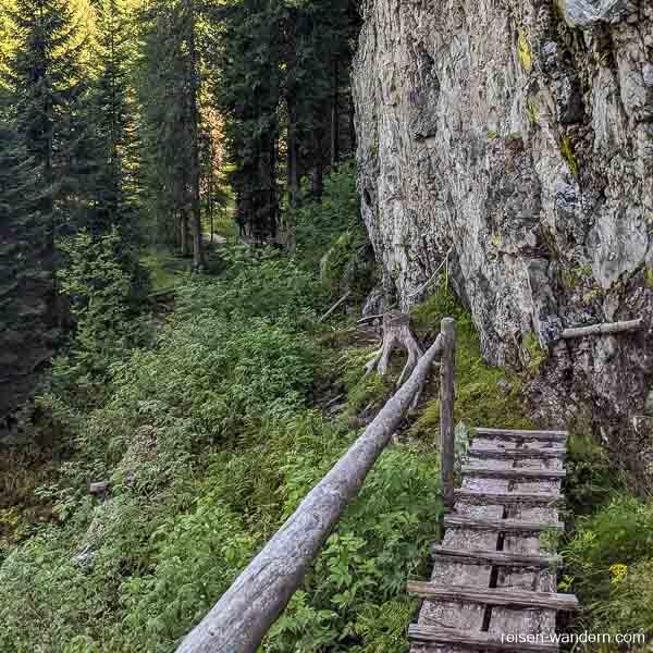 Abstieg vom Klettersteig an der Felswand
