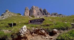 Abzweigung zu den beiden Klettersteigen Königsjodler und Grandlspitz. Im Hintergrund in der Bildmitte der Grandlspitz.