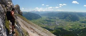 Kurz nach den ersten Seillängen erhält man einen schönen Blick hinunter nach Saalfelden.