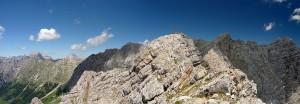 Auf dem Persailhorn mit Blick zum Steinernen Meer. Dieses befindet sich hinter der Bergkette.